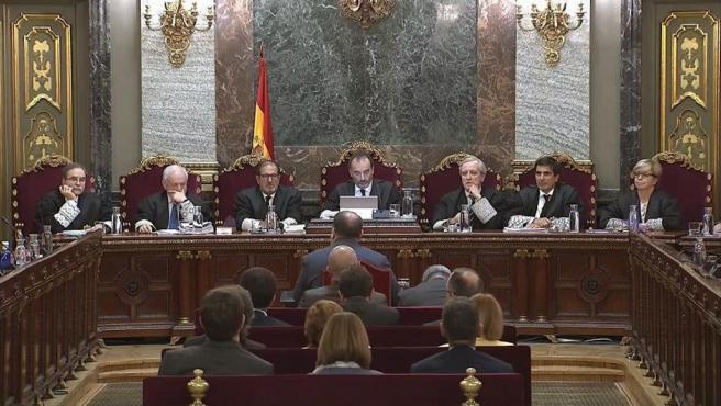 Imagen tomada de la señal institucional del Tribunal Supremo, del exvicepresidente de la Generalitat Oriol Junqueras (de espaldas-c), durante su turno de última palabra.
