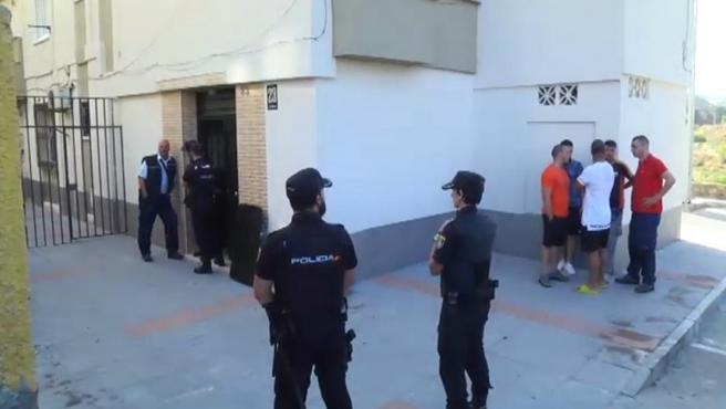 Dispositivo policial alrededor de la vivienda donde un guardia civil ha disparado a su mujer y después se ha suicidado en Ceuta.