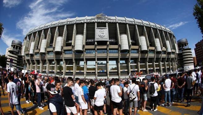 Desde primera hora de la mañana, los aficionados hacían cola en el Santiago Bernabéu para asistir a la presentación del 'nuevo galáctico'.