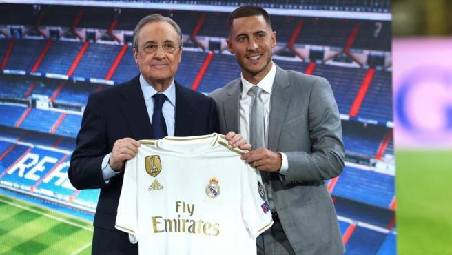 <p>Eden Hazard, junto a Florentino Pérez, posa con la que será su camiseta para las próximas cinco temporadas.</p>