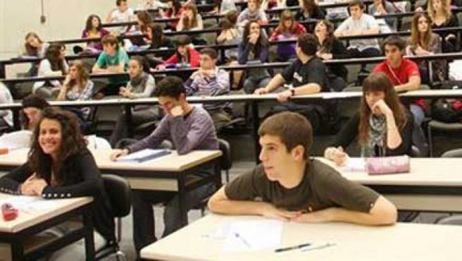 Algunos estudiantes antes de comenzar un examen.