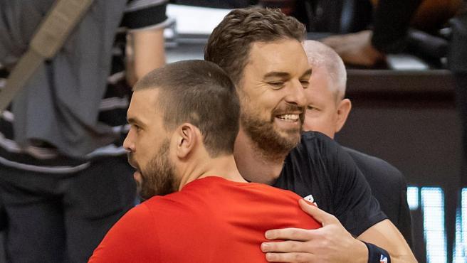 Pau Gasol abraza a su hermano Marc en los prolegómenos de un partido.