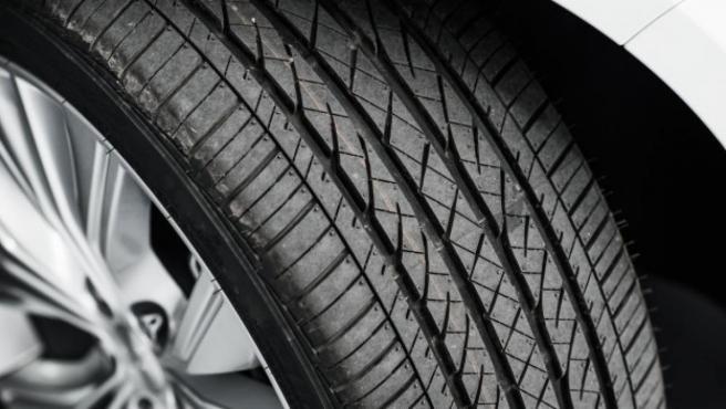Comprobar el desgaste de los neumáticos es fundamental para garantizar la seguridad.