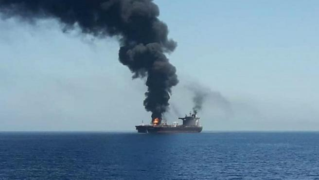 El buque petrolero noruego Front Altair, en llamas en el golfo de Omán.