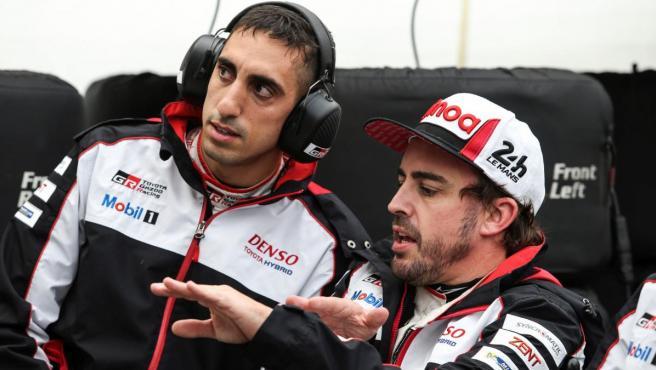 Fernando Alonso y Sebastien Buemi conversan en el circuito de Le Mans.