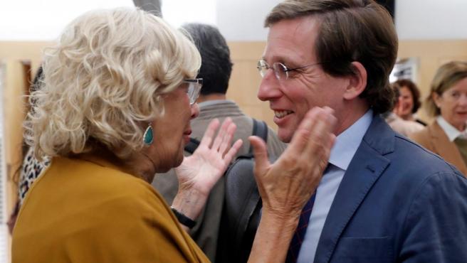 Manuela Carmena, con José Luis Martínez-Almeida.
