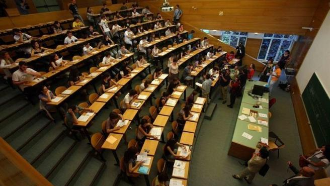 Alumnos realizando la Evaluación de Bachillerato para el Acceso a la Universidad (EBAU o EvAU).