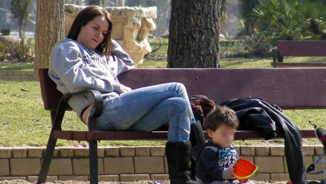 Eva Santolaria, con uno de sus hijos en una imagen de archivo.