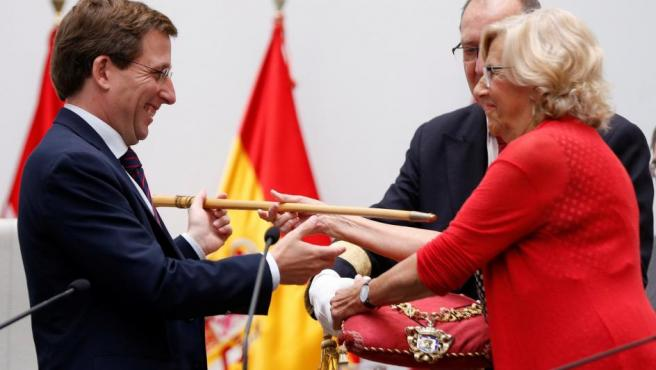 Manuela Carmena entrega el bastón de mando a José Luis Martínez Almeida tras ser proclamado nuevo alcalde de Madrid.
