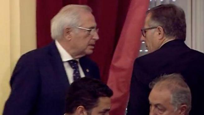 Momento del encontronazo entre Imbroda (izquierda) y Eduardo de Castro.