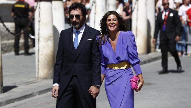 Los periodistas Nuria Roca y Juan del Val, a su llegada al enlace.