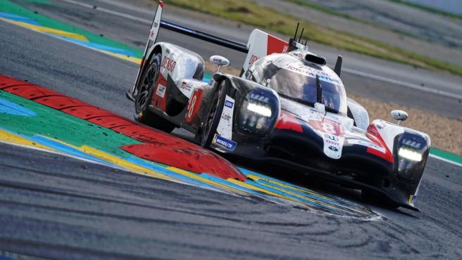 Fernando Alonso pilota el Toyota TS050 número 8 en las 24 horas de Le Mans.