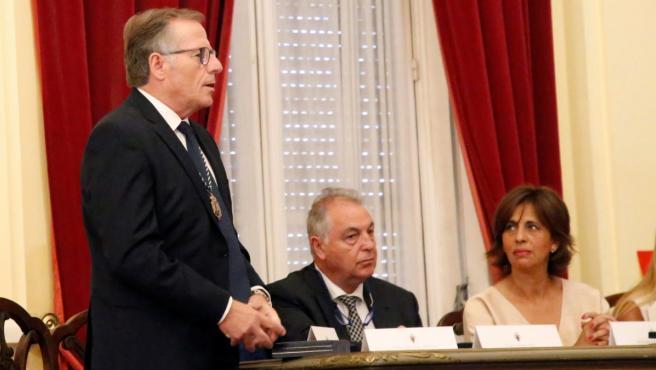 El único diputado de Ciudadanos (Cs) en Melilla, Eduardo de Castro (i), ha sido proclamado presidente de la Ciudad Autónoma con los votos de Coalición por Melilla (CPM) y el PSOE.