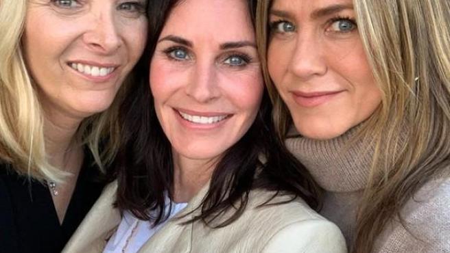 Las actrices Lisa Kudrow, Courteney Cox y Jennifer Aniston posan con motivo del cumpleaños de Cox.