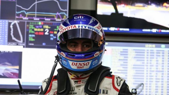 Fernando Alonso espera en el box de Toyota a salir a pista.