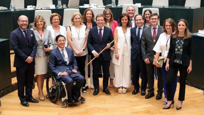 El alcalde de Madrid, José Luis Martínez-Almeida, posa junto a la corporación municipal del PP en el Ayuntamiento de la capital.