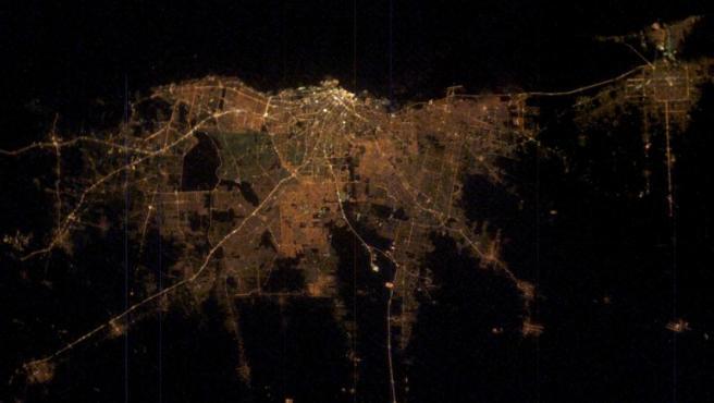 Vista nocturna desde el espacio de la ciudad de Buenos Aires.