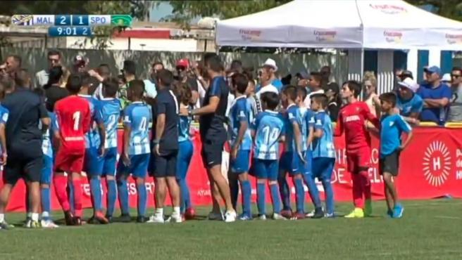 Los jugadores malaguistas reprochan el comportamiento de un grupo de seguidores.