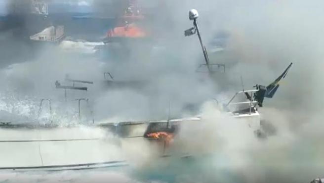 Imagen del velero sueco incendiado frente a la costa de Malpica.