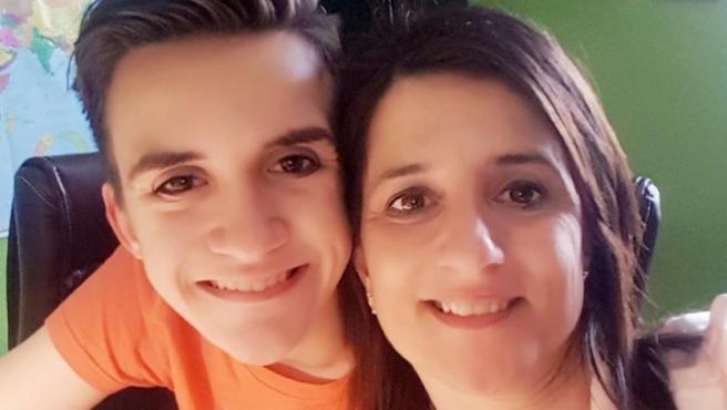 Cati Gallardo con su hijo David, un afectado por el valproato.