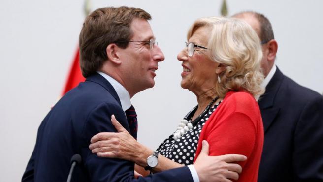La alcaldesa en funciones del Ayuntamiento de Madrid, Manuela Carmena, felicita al cabeza de lista del PP, José Luis Martínez-Almeida, tras ser proclamado nuevo alcalde de la ciudad.