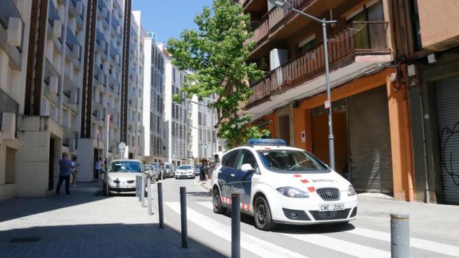 Un coche de los Mossos frente al edificio donde ha aparecido la niña muerta.