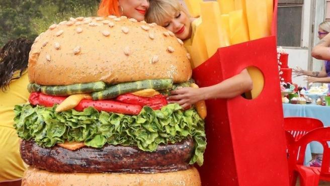 Katy Perry y Tailor Swift en un momento del videoclip en el que aparecen abrazadas.