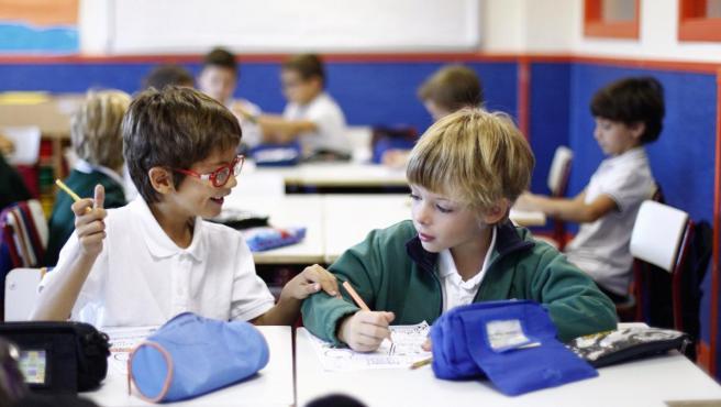 Dos alumnos del colegio Josep Tarradellas (Madrid) conversan en clase.