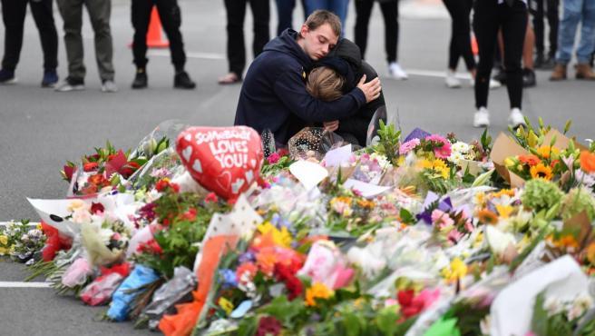 Memorial improvisado con flores en homenaje a las víctimas del atentado contra dos mezquitas en Christchurch, Nueva Zelanda.