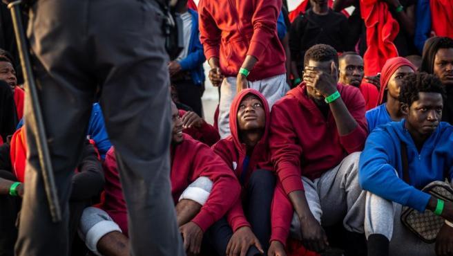 <p>Un grupo de inmigrantes es custodiado por la Policía Nacional en el puerto de Algeciras en 2018.</p>