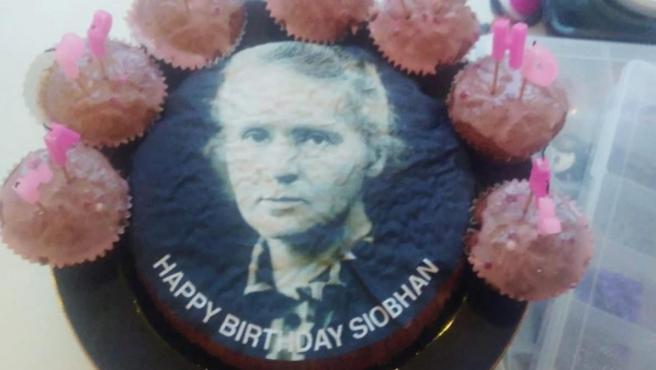 La tarta de cumpleaños con el rostro de Marie Curie.