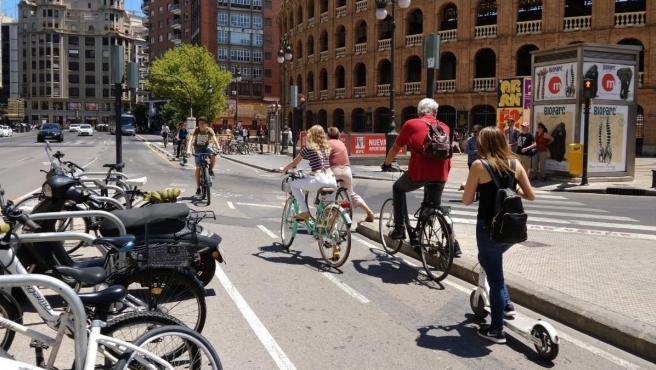 Usuarios del anillo ciclista, este martes, en su punto más transitado, a la altura de la plaza de toros.