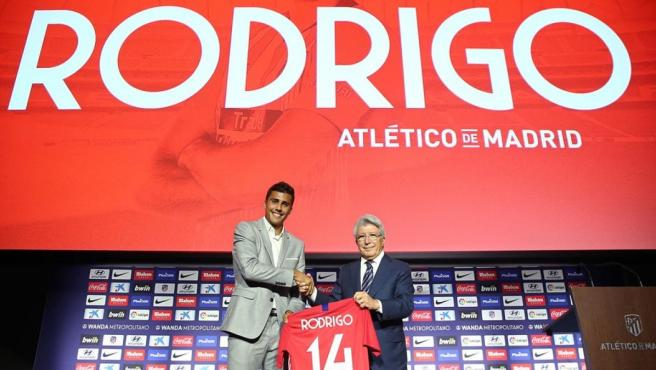 Rodri Hernández, junto a Enrique Cerezo en su presentación como jugador del Atlético de Madrid.