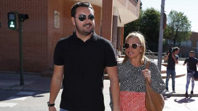 Belén Esteban acude junto a su pareja, Miguel Marcos, a los juzgados de Torrejón de Ardoz.