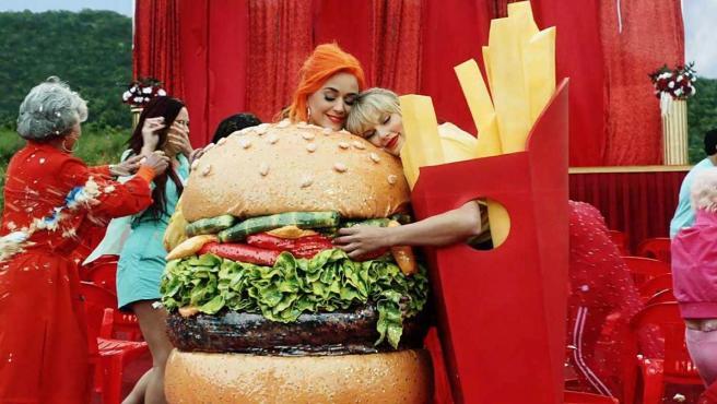 Katy Perry y Taylor Swift, en el videoclip de 'You need to calm down' de esta última.
