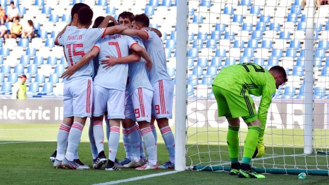 Los jugadores de la Selección Sub 21 celebran el gol de Dani Olmo a Bélgica.