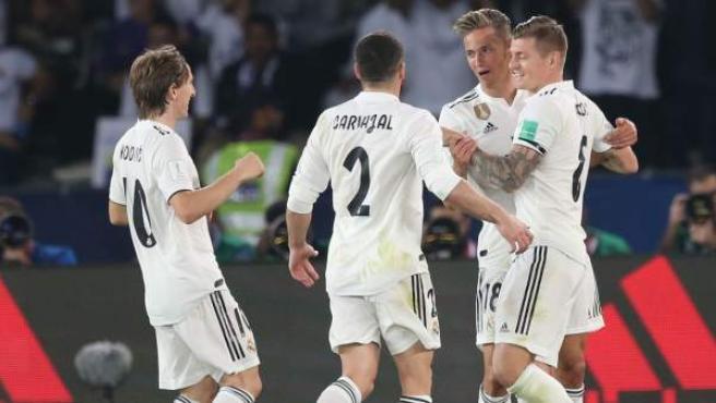 Marcos Llorente, felicitado por sus compañeros tras su gol al Al Ain.