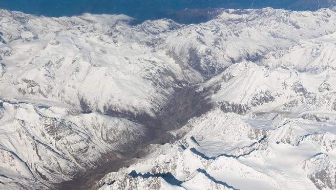 Imagen aérea de la cordillera del Himalaya, en Ladakh, India.
