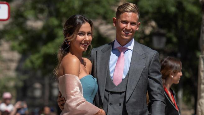 Marcos Llorente y su pareja, Patricia Noarbe, a su llegada a la Catedral de Sevilla para asistir a la boda de Pilar Rubio y Sergio Ramos.