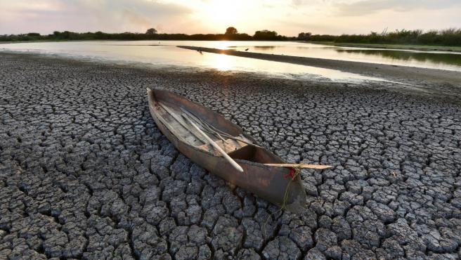 Una canoa sobre el lecho seco de la laguna Leona Vicario, a causa de la sequía en el municipio de Bacalán, en el estado de Tabasco (México).