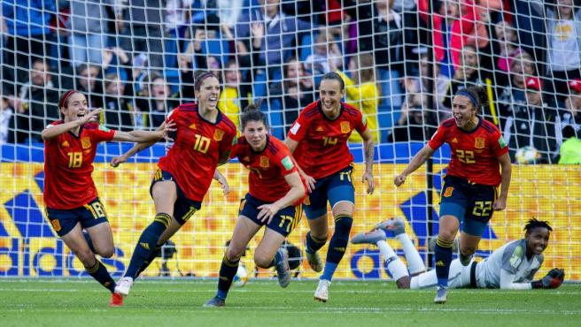 La selección española femenina de fútbol celebra un gol en el Mundial de Francia.