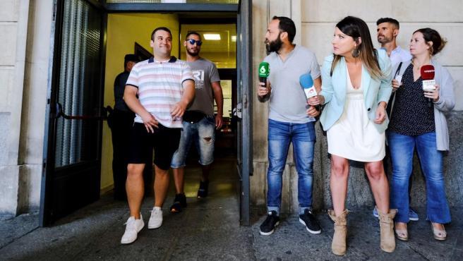 El exmilitar de la Manada, Alfonso Jesús Cabezuelo, y José Ángel Prenda, el Prenda, salen de los Juzgados de Sevilla tras firmar.