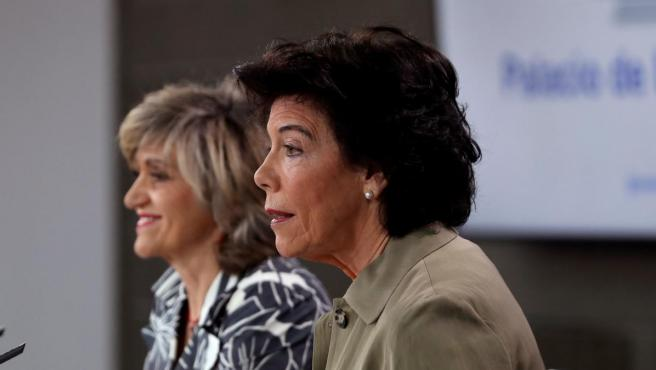 La portavoz del Gobierno en funciones, Isabel Celaá (d), junto a la ministra de Sanidad en funciones, María Luisa Carcedo.