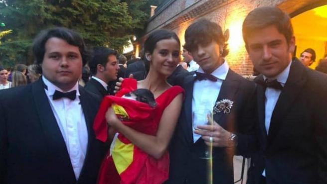 Victoria Federica, con amigos y sujetando un cerdo vietnamita envuelto en la bandera de España, en su puesta de largo.