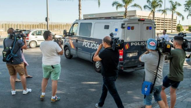 El furgón policial salió de la comisaría a las 19:30 horas.