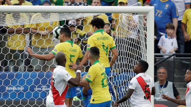 Casemiro marca el primer gol de Brasil a Perú.