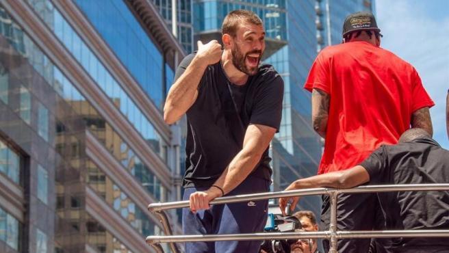 El jugador de los Raptors Marc Gasol, durante el desfile para celebrar la victoria del equipo en la NBA, por las calles del centro de Toronto (Canadá).