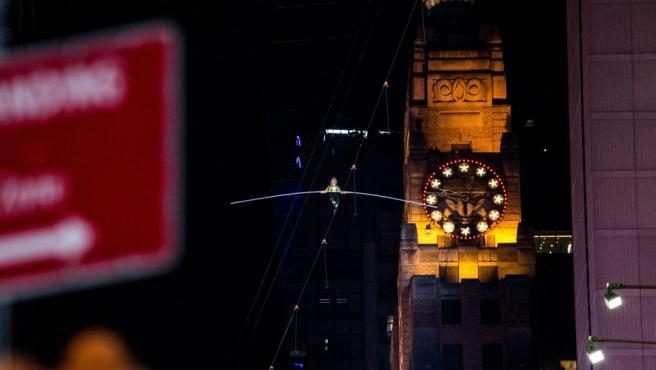 Dos hermanos equilibristas, Nik y Lijana Wallenda, cruzan la neoyorquina plaza de Times Square caminando por un cable situado a unos 25 pisos de altura.