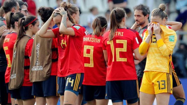 Las jugadoras de España se lamentan tras su eliminación ante Estados Unidos en el Mundial femenino.