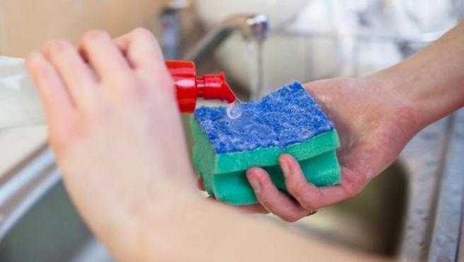Imagen de recurso de una persona utilizando un estropajo.